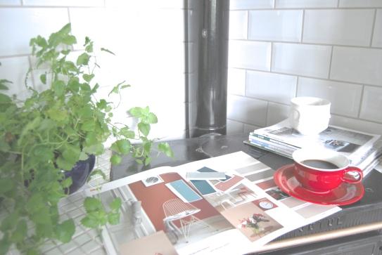 Vi bruker de grå regnværsdagene inne med kaffe, pledd og fargekart