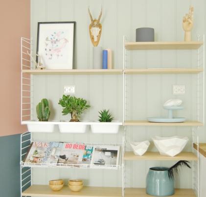 Her - i tilknytning til kjøkkenet sto det hvite slitte sponskap fra IKEA. De nye Stringhyllene går aldri av mote.