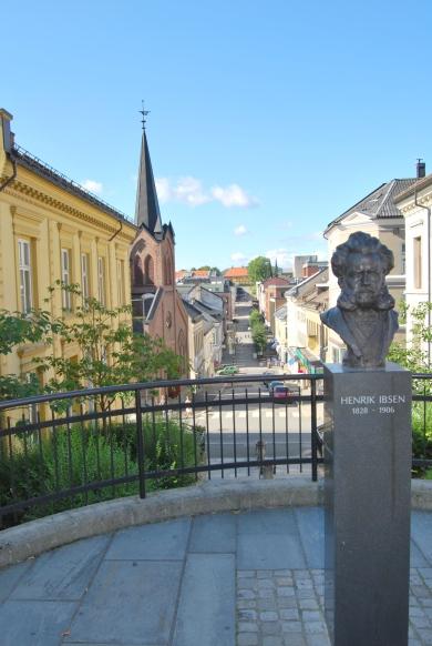 Ibsenstatue - utsikt over litt av byen