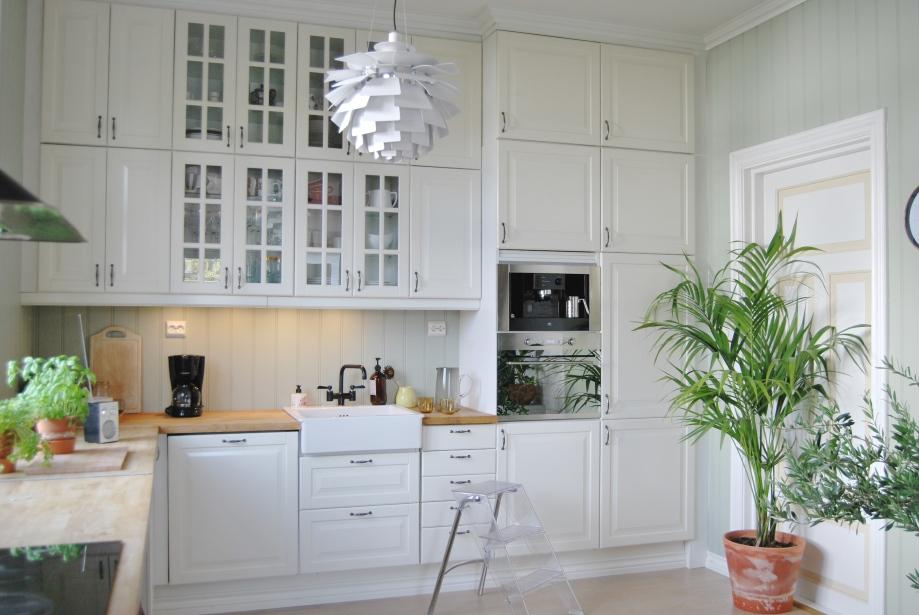 Et rent uttrykk gjør mye med et slitent kjøkken. Planter, urter og litt design gjør sitt til at kjøkkenet blir en hyggelig samleplass